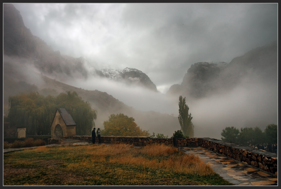 Mists of Noravank. Armenia | mountains, haze, rocks, people