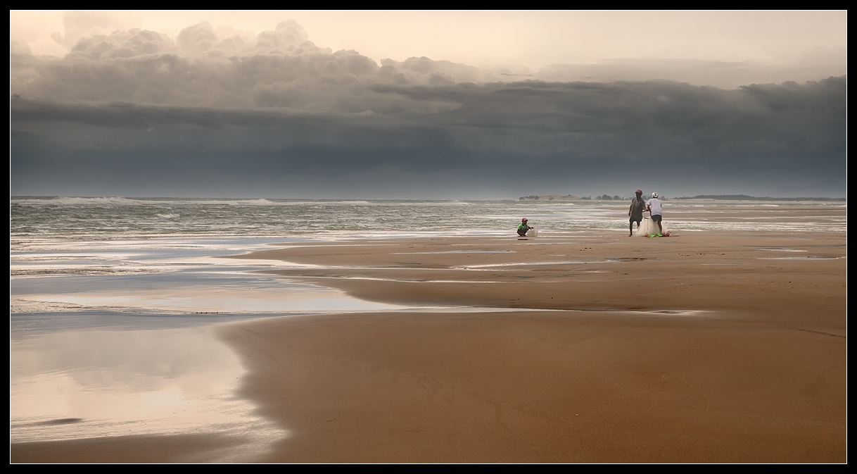 Before the storm, Vietnam | landscape, nature, outdoor, Vietnam, sea, clouds, people, sand, sky, storm